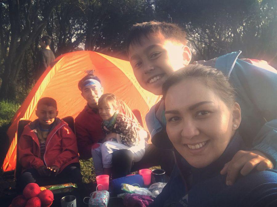 Weekend pekan lalu, keluarga Darius Sinathrya & Donna Agnesia menghabiskan waktu dengan camping bersama di Gunung Papandayan, Garut (@dagnesia/Instagram)