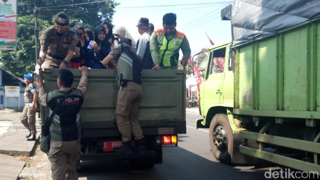 Angkot Soreang-Leuwipanjang Mogok, Penumpang Naik Mobil Truk