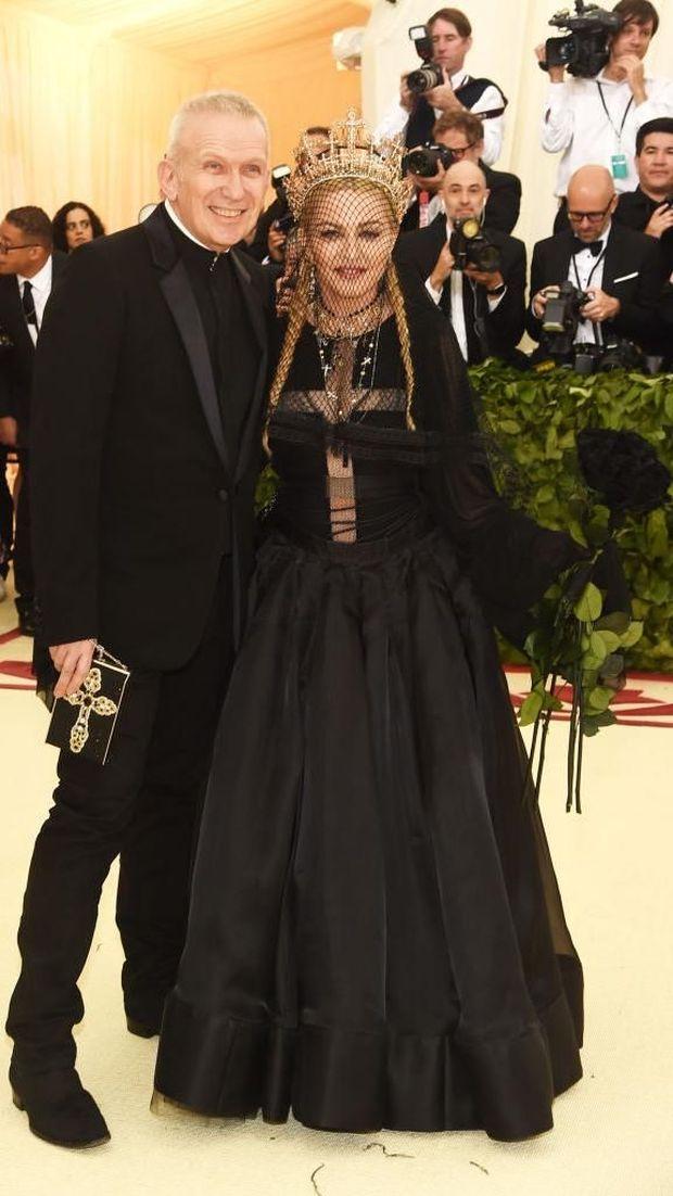 Jean Paul Gaultier bersama Madonna di MET Gala 2018.