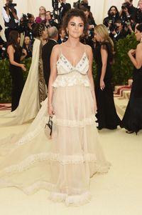 Tanggapan Selena Gomez Soal Kulit Gelapnya yang Dikritik di Met Gala