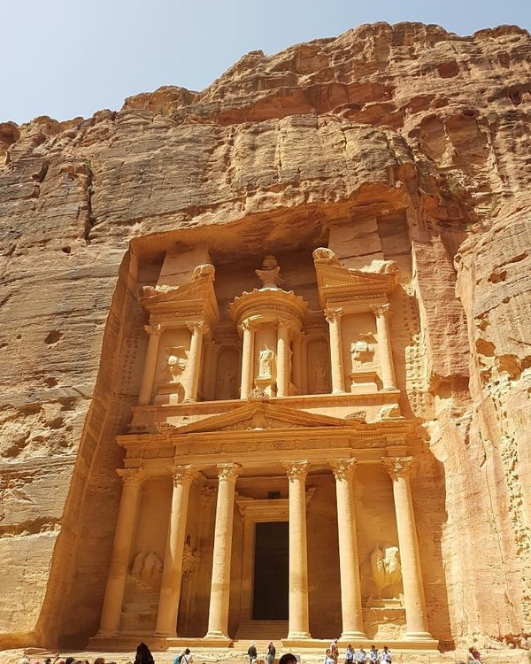 Selain Treasury, Anda juga bisa menyusuri rumah-rumah kecil yang dihuni oleh penduduk Petra zaman dulu kala. Rumah itu sangat sederhana, dipahat dengan seadanya, hanya berbentuk lubang kecil seperti gua, lalu di dalamnya terdapat ruangan-ruangan lain. (fabioboscatti/Instagram)