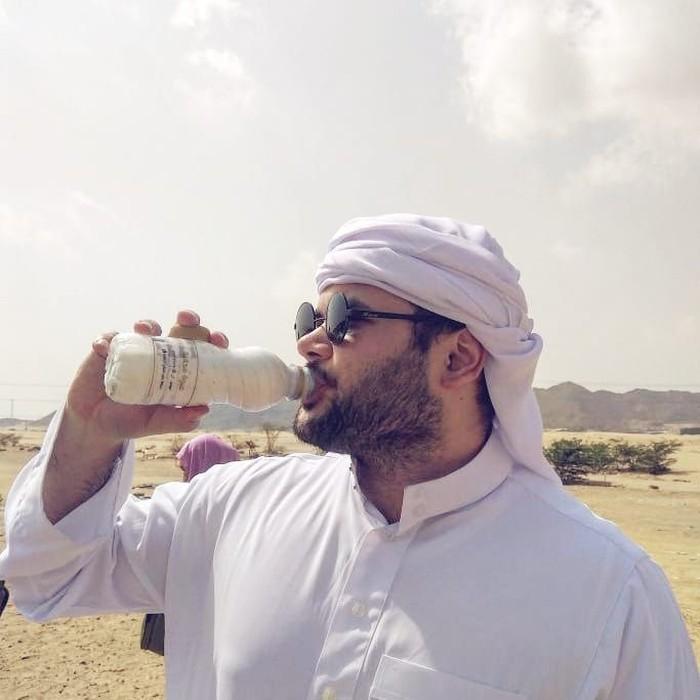 Wah, saat menjalani ibadah Umroh, Ridho terlihat menyantap sebotol susu. Kira-kira itu susu unta atau susu kambing, ya? Foto: Instagram @ridho_rhoma