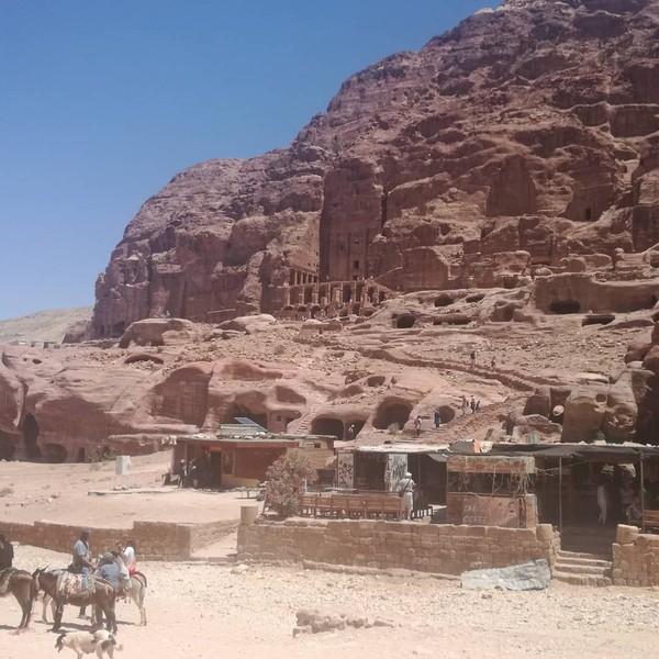 Turis-turis Eropa dan Amerika Serikat, biasanya menghabiskan waktu dua sampai empat hari untuk menjelajahi Petra. Banyak objek yang bisa dikunjungi, namun letaknya cukup berjauhan, bahkan ada yang sampai di atas bukit, dan harus dijangkau dengan menaiki seribu anak tangga. (paula_kwan/Instagram)