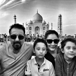 Kompaknya Keluarga Sanjay Dutt Saat Liburan
