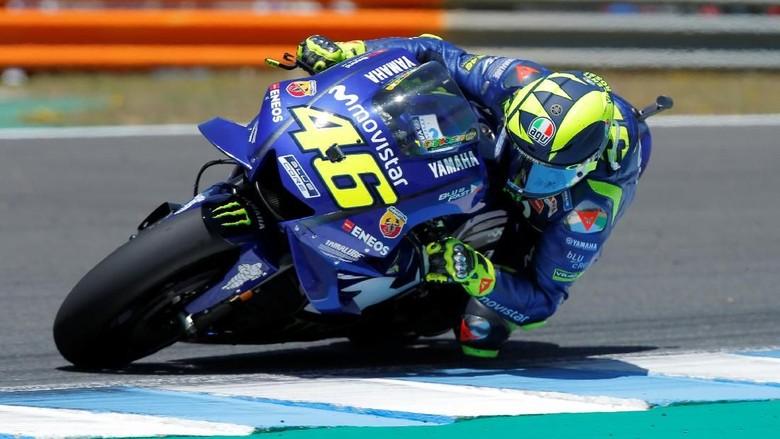 Valentino Rossi saat nikung (Foto: Jon Nazca/Reuters)