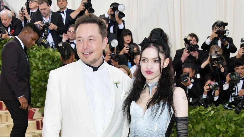 Pacar Baru Elon Musk Curi Perhatian