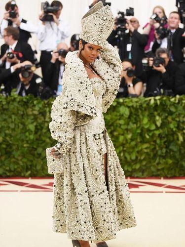 Gaya Rihanna di MET Gala 2018.