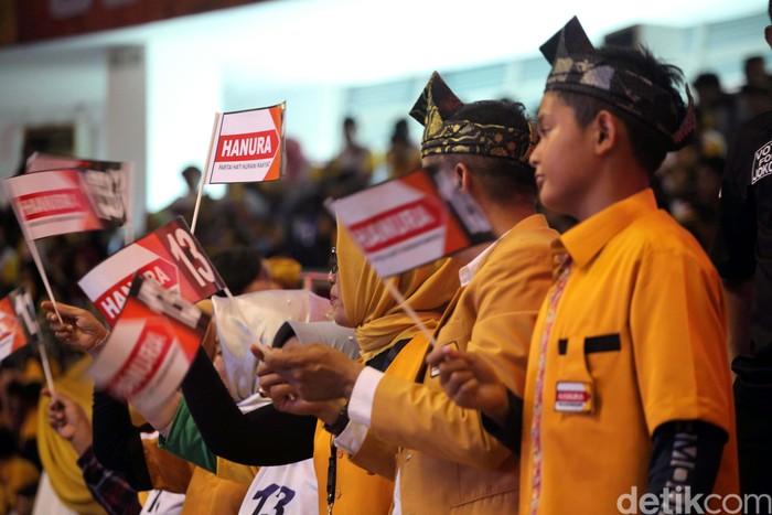 Partai Hanura menggelar Rakernas di Gedung Gelanggang Remaja Pekanbaru. Acara ini dihadiri ribuan simpatisan Hanura.