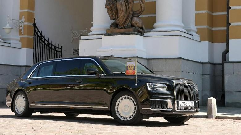 Vladimir Putin kembali menarik perhatian dengan menaiki mobil Limosin terbarunya jenis Senate Limousine. Foto: Reuters