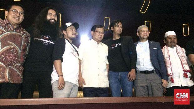 Prabowo Subianto dan para pemain film 212 the Power of Love, di kawasan Kuningan, Jakarta Selatan, Selasa (8/5).