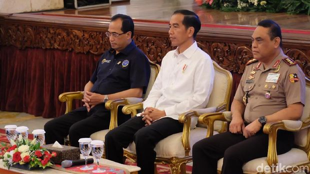 Presiden Jokowi didampingi Menhub dan Wakapolri saat audiensi dengan para sopir truk
