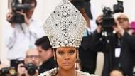 Duh! Rihanna Kepergok Curi Gelas Wine