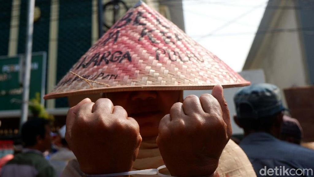 Aksi Borgol Tangan Warga Pulau Pari di PN Jakut