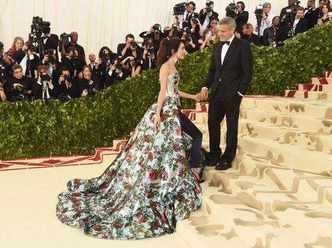 George dan Amal Clooney di karpet merah Met Gala 2018.