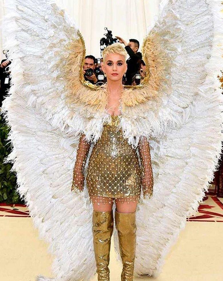 Dari penyanyi Rihanna hingga Katy Perry menghadiri acara tersebut. Katy Perry pun tampil bak burung merpati raksasa dengan busana seperti malaikat setinggi enam kaki yang menghiasi tubuhnya. Foto: Dok. Instagram/enews