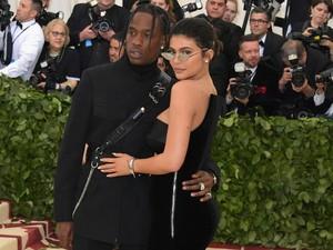 Perdana! Kylie Jenner Gandeng Travis Scott ke Met Gala 2018