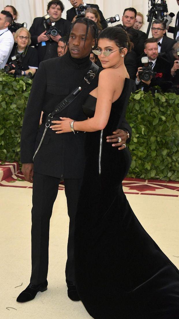 Pakai Emoji Cincin, Kode Kylie Jenner dan Travis Scott Sudah Tunangan?