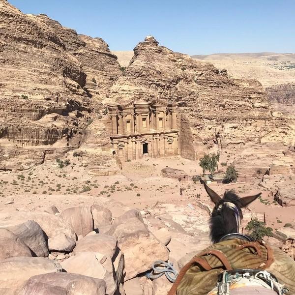 Kawasan Petra terletak di tengah-tengah antara Teluk Aqaba dan Laut Mati pada ketinggian kurang lebih 800 hingga 1.396 meter di atas permukaan laut, tepatnya di lembah pegunungan Edom, sebelah timur dari lembah Arabah. Luas komplek Petra kurang lebih sekitar 264 kilometer persegi. (patty_martino2017/Instagram)
