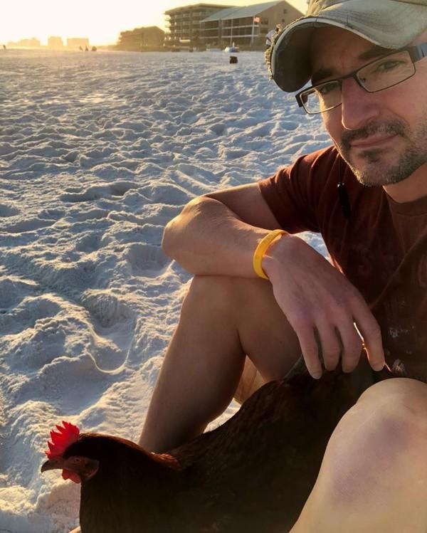 Dia memelihara anak ayam semenjam umur 3 hari dan memberi nama Sammi. Semenjak itu kemanapun dia pergi, selalu membawa Sammi. (sammichicken/Instagram)