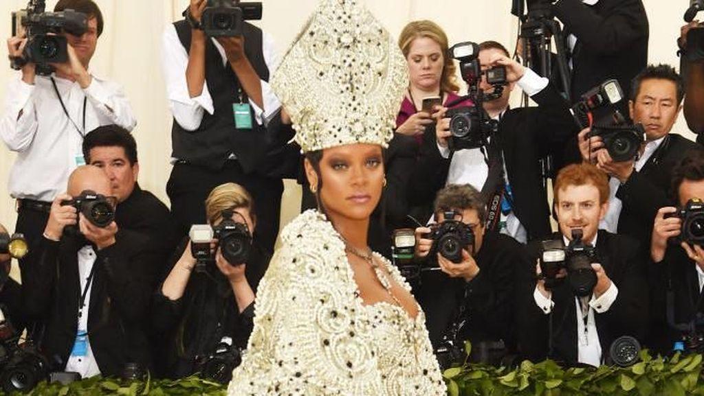 Gaya Seksi Rihanna Tampil ala Paus di Met Gala 2018