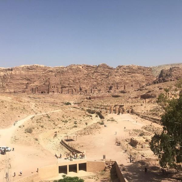 Gerbang Petra akan dimulai dengan penampakan sebuah aliran sungai dan bendungan kecil. Suku Nabatean memiliki kemampuan yang cukup tinggi dalam urusan pengelolaan air. Mereka sudah membuat jalur khusus untuk minum dan kebutuhan sehari-hari. Mereka juga sudah memikirkan pola aliran agar terhindar dari banjir. (talalxfiles/Instagram)