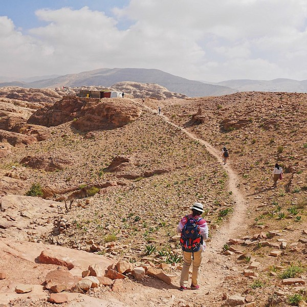 Sepanjang perjalanan menuju gerbang utama Petra, sudah terlihat beberapa bangunan pembuka. Di sana, ada juga makam yang digunakan untuk memberikan penghormatan terakhir pada bagian dari anggota suku. (talalxfiles/Instagram)