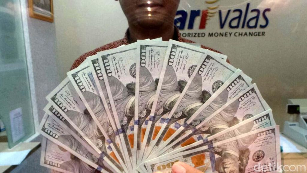 Situasi di Money Changer Saat Dolar AS Tembus Rp 14.000