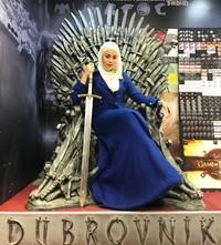 Kroasia dikenal sebagai salah satu setting untuk film seri fenomenal Game of Thrones. Uyaina bahkan sempat mengabadikan momen duduk di atas singgasana GoT yang populer di filmnya (@uyainaarshad/Instagram)