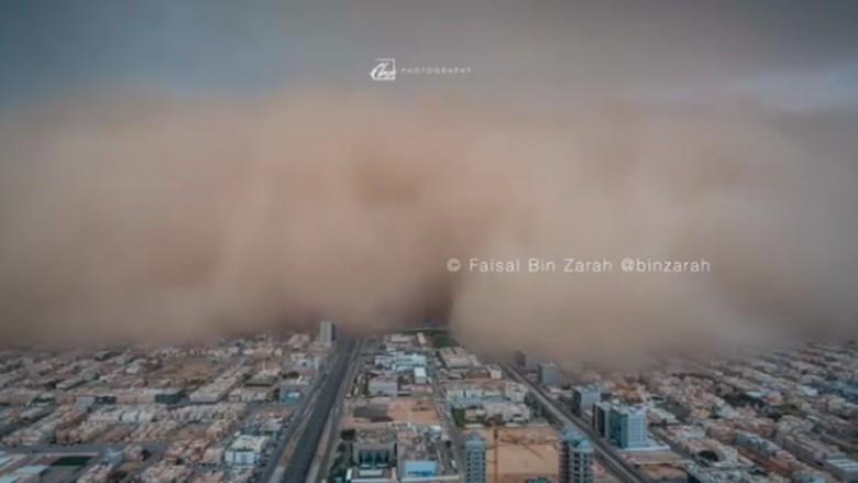 Badai pasir yang menelan Kota Riyadh (Instagram/binzarah)