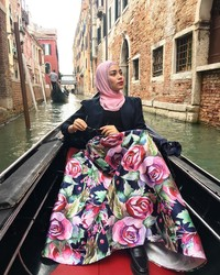Kota Venesia di Italia juga menjadi salah satu destinasi yang didatangi Uyaina. Mampir ke Venesia, tentu kurang lengkap tanpa naik gondola dan menyusuri kanal (@uyainaarshad/Instagram)