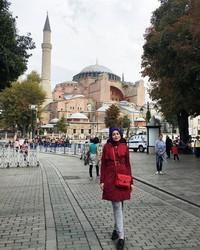 Uyaina pun sempat mampir ke Istanbul di Turki. Di sana, ia berkunjung ke Ayasofya, masjid yang dahulu merupakan sebuah gereja (@uyainaarshad/Instagram)