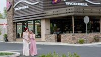 Begini Pose Remaja Cantik yang Lakukan Foto Kelulusan di Taco Bell