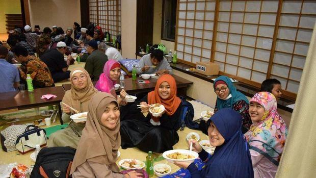 Guyubnya Menyiapkan Takjil di Hamamatsu Jepang