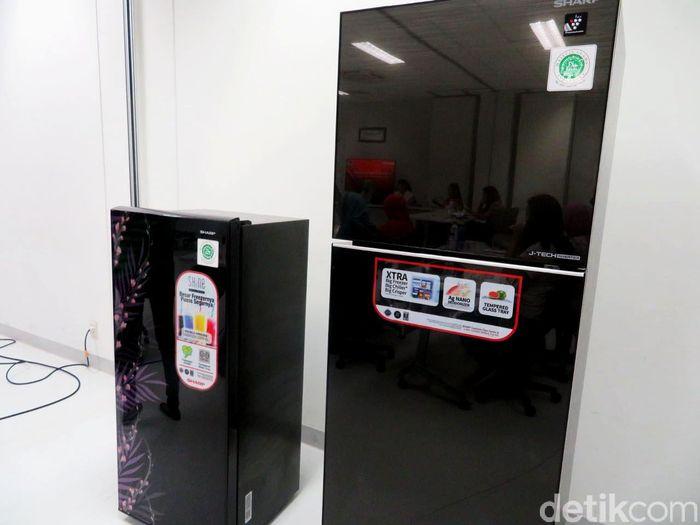 Lemari es atau kulkas bersertifikat halal kini hadir di Indonesia. Kulkas bersertifikat halal tersebut diproduksi oleh PT Sharp Electronics Indonesia.