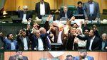 Riuh Dunia dalam Gambar: Pemilu Malaysia, Bendera AS Dibakar di Iran