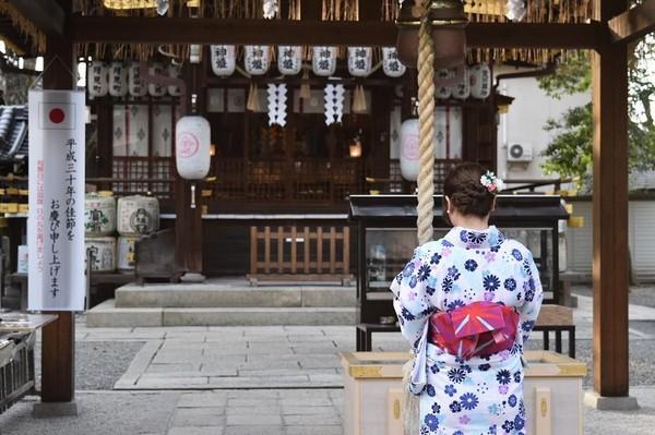 Pertama traveler harus melakukan penghormatan di kuil utama. Kemudian, traveler bisa membeli kertas katashiro dan menuliskan keinginan tentang hubungan yang diinginkan, apakah ingin putus atau memperbaiki hubungan. (25_gram/Instagram)