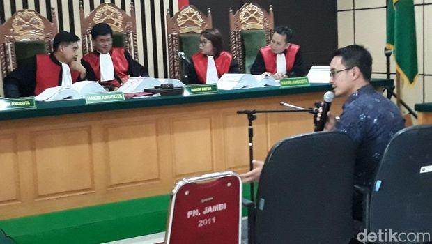 Zumi Zola di Pengadilan Tipikor Jambi, Rabu (9/5/2018)