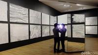 Karya di ruangan ini lebih kalem dan berwarna hitam-putih, meski motif-motif ikonik Yayoi Kusama masih terlihat di lukisan tersebut. Foto: Tia Agnes/ detikHOT