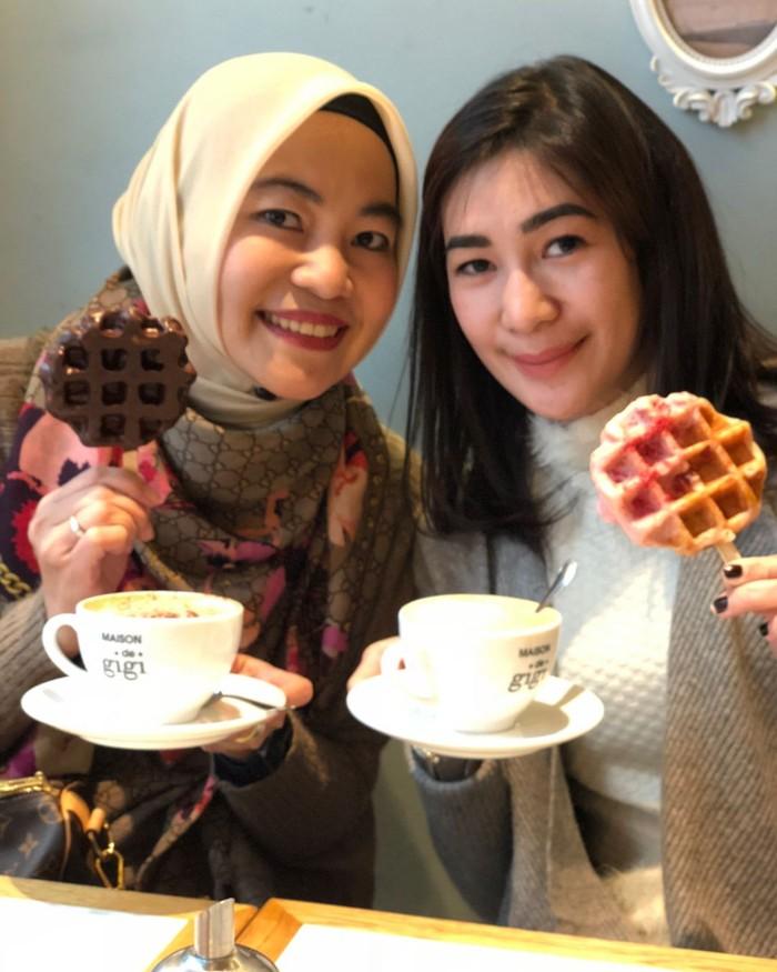 Di Maison de Gigi, Osaka, wanita bernama asli Rien Wartia Trigina ini menikmati secangkir kopi dan waffle hangat. Shopping coffee break, tulis Erin. Foto: Instagram erintaulany