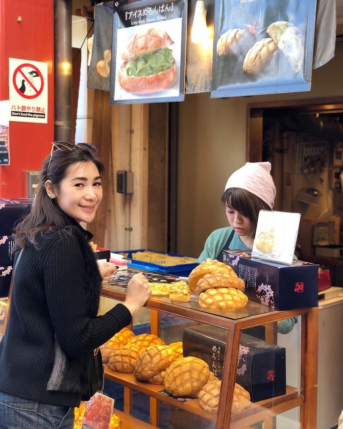 Masih di Jepang, Erin mencicip melon pan di kawasan Sensoji Temple Asakusa Kannon-Do. Wah, pasti enak disantap hangat-hangat! Foto: Instagram erintaulany