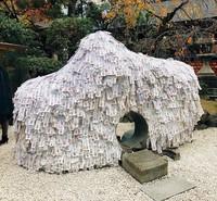 Yasui Kompira-gu Shrine adalah kuil batu yang memiliki lubang di tengahnya. Berlapiskan ribuan kertas permohonan berwarna putih, kuil ini punya mitos tentang hubungan. (standing_double/Instagram)