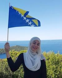 Tidak hanya di dalam negeri, tahun 2017 lalu Uyaina sempat berkunjung ke negara Balkan, yakni Bosnia dan Herzegovina (@uyainaarshad/Instagram)