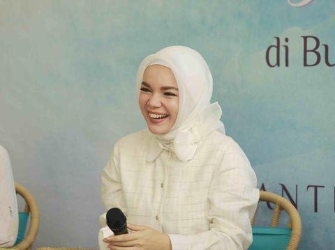 Dewi Sandra Pilih Gaya 'Less Is More' untuk Ramadan