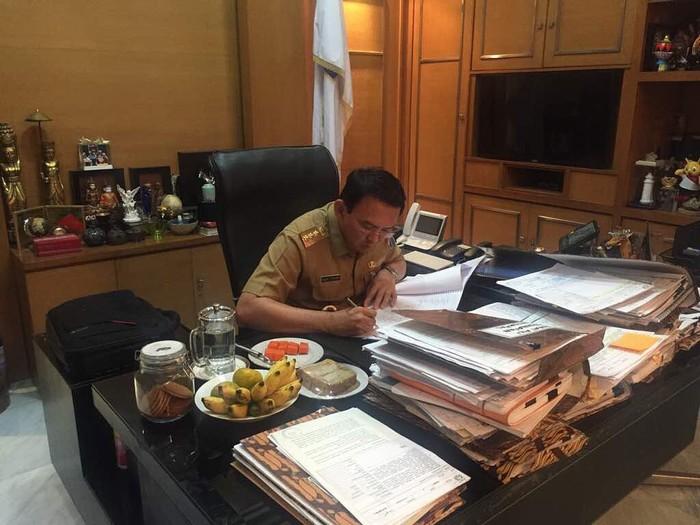 Saat masih menjabat sebagai Gubernur Jakarta, Ahok terkenal selalu menyiapkan buah di meja kerjanya. Terlihat ada pisang, pepaya dan camilan yang menemani waktunya bekerja. Foto: instagram @basukibtp