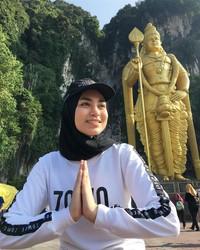 Dalam ajang kecantikan Putri Muslimah Asia 2018 yang diselenggarakan di Jakarta, Uyaina Arshad yang mewakili Malaysia berhasil meraih juara 1 pada Senin malam kemarin (7/5) (@uyainaarshad/Instagram)