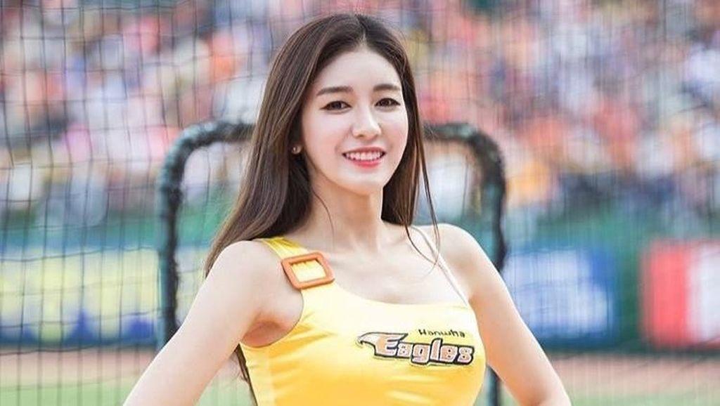 Cheerleader Ini Viral, Cantiknya Bikin Atlet Pria Gagal Fokus di Lapangan