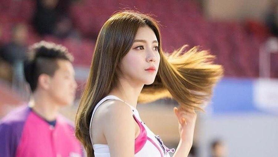 Inilah Kim Yeon Jeong, yang sempat viral karena disebut-sebut sebagai cheerleader paling cantik di Korea Selatan. Kecantikannya saat bertugas di pinggir lapangan membuat pria sering gagal fokus. (90_allie/Instagram)