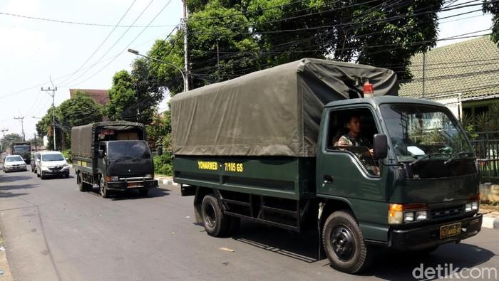 Warga yang tinggal di Kompleks Kodam Jaya, Tanah Kusir, Jakarta Selatan, mulai mengosongkan rumahnya, Rabu (9/5/2018).