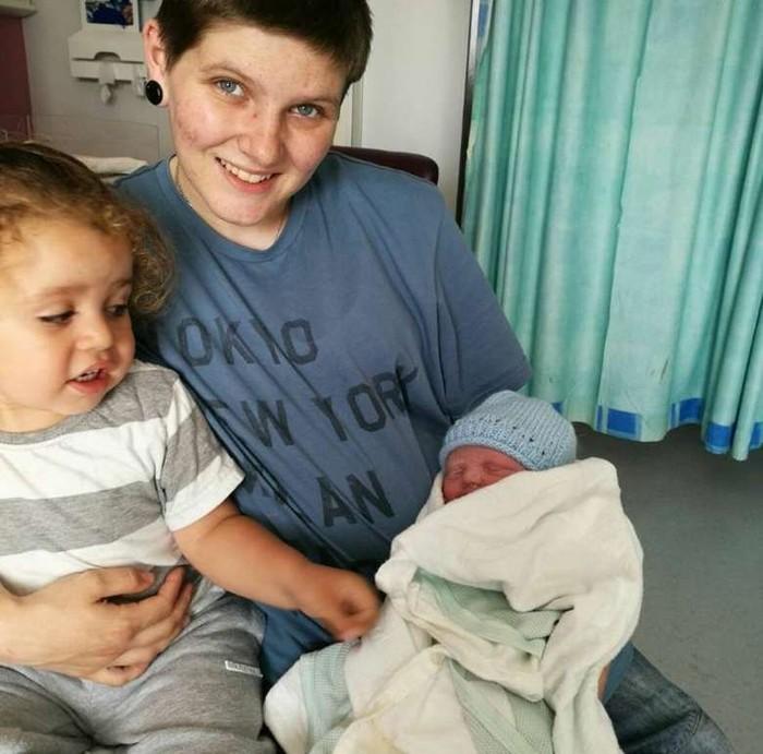 Pria transgender, Hayden Cross (21) telah melahirkan bayi perempuan. Ia mengaku hamil dengan donor sperma yang ditemukannya di dunia maya. Bayi yang lahir pada 16 Juni 2017 itu diberi nama Trinity Leigh. Foto: Facebook/Hayden Robert Cross