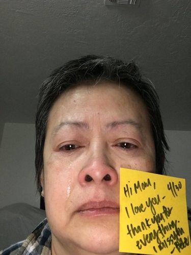 Menyentuh Hati, Foto Ibu yang Nangis Ditinggal Putrinya Merantau Ini Viral